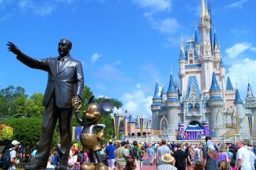 Schloss und Walt Disney mit Mickey.JPG